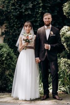 Mąż i żona, szczęśliwe tysiącletnie małżeństwo patrzą na kamerę pozuje do rodzinnego obrazu w domu