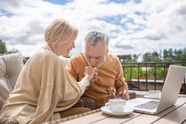 Mąż okazujący miłość żonie w malowniczej miejscowości