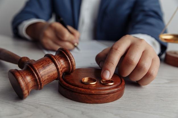 Mąż podpisuje umowę rozwodową
