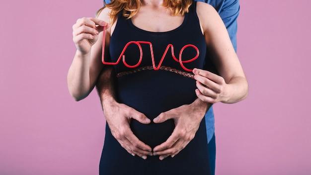 Mąż przytulanie kobiety w ciąży