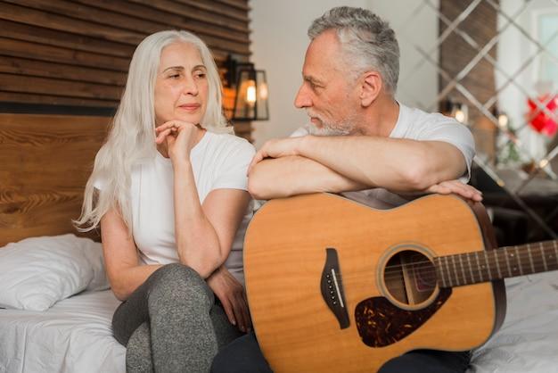 Mąż śpiewa w quitar dla swojej żony