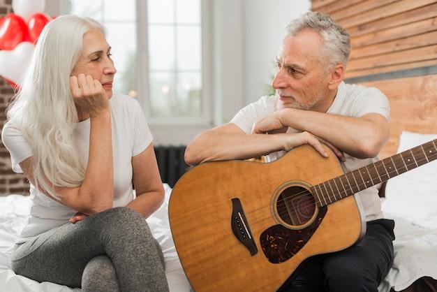 Mąż śpiewa w quitar dla żony