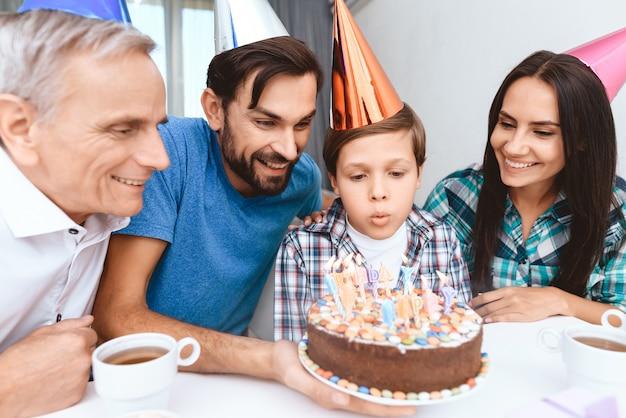 Mąż syn i ojciec. świętować urodziny kobiety.