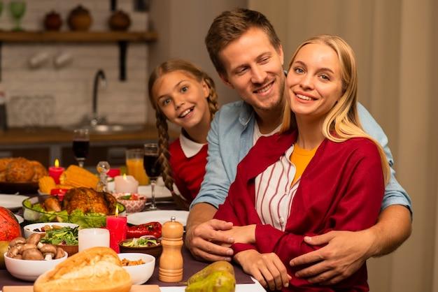 Mąż tulenie żony w kuchni