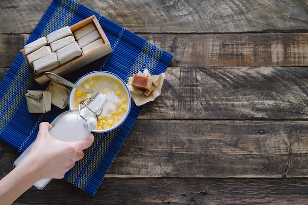 Mazamorra z kanapką z guawą i butelką z mlekiem na rustykalnej drewnianej bazie łacińskiego pojęcia żywności. skopiuj miejsce