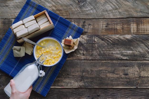 Mazamorra z kanapką z guawy i butelką mleka na rustykalnej drewnianej podstawie, koncepcja kuchni łacińskiej. skopiuj miejsce.
