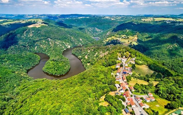Meander queuille nad rzeką sioule w departamencie puy-de-dome we francji