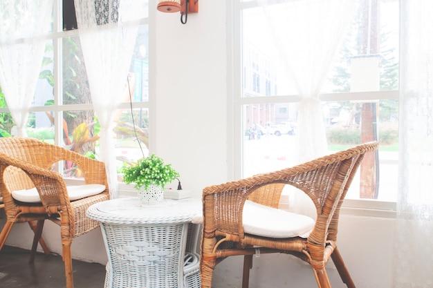 Meble w stylu vintage wykonane z rattanu w kawiarni.