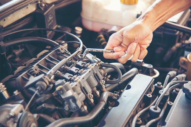 Mechanic car service w warsztacie samochodowym serwis samochodów i pojazdów mechanicznych. mechanik samochodowy wręcza naprawy samochodowe centrum warsztatu mechanika samochodowego. usługi maszyny do silników samochodowych