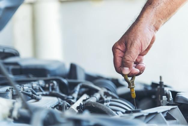 Mechanic car service w warsztacie samochodowym serwis samochodów i pojazdów mechanicznych
