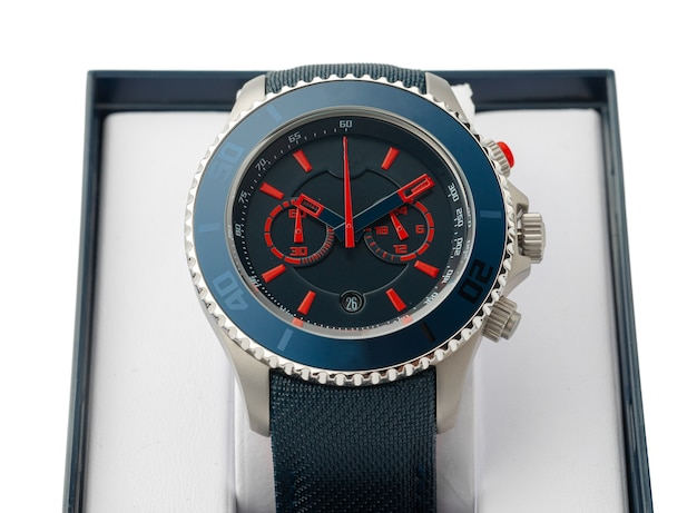 Mechaniczny zegarek na białym tle