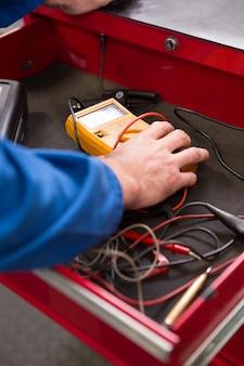 Mechanik biorąc narzędzie diagnostyczne z szuflad