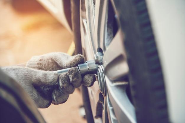 Mechanik człowiek serwis samochodowy naprawa opon samochodowych w warsztacie samochodowym
