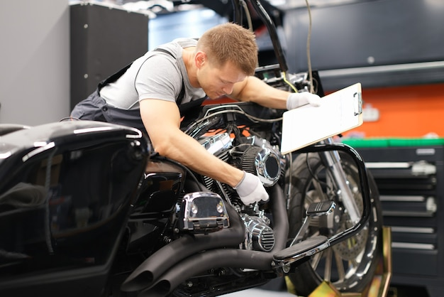 Mechanik diagnozuje części motocykla w centrum serwisowym