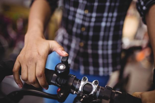 Mechanik dzwoni dzwonek rowerowy
