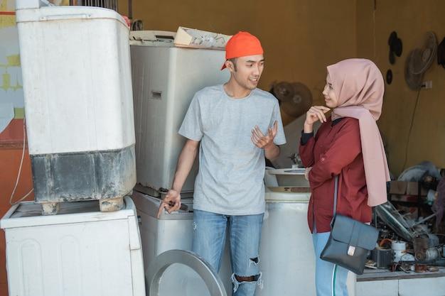 Mechanik elektronik wyjaśnia awarię pralki swojego klienta