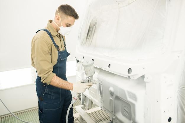 Mechanik malowanie ciężarówki w garażu