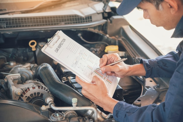 Mechanik mężczyzna ręce naprawianie samochodu w samochodowym centrum mobilnym.