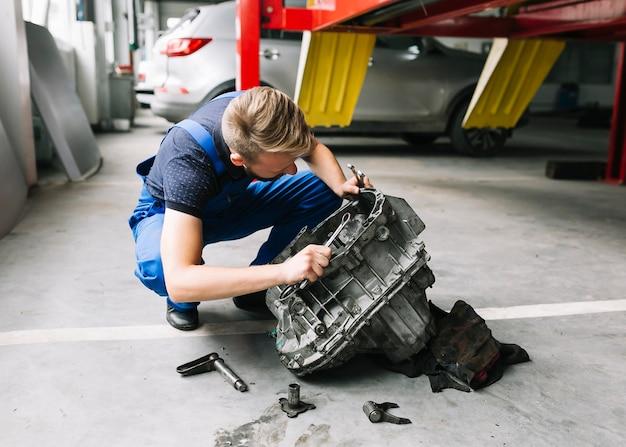 Mechanik mocowania silnika samochodu