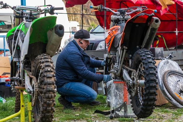 Mechanik mocujący koło motocykla