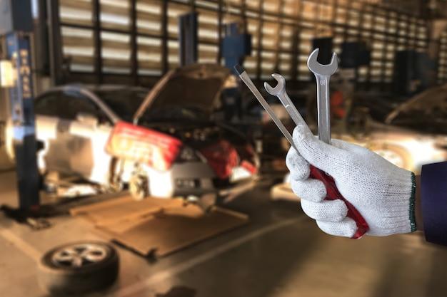 Mechanik naprawia samochód w garażu