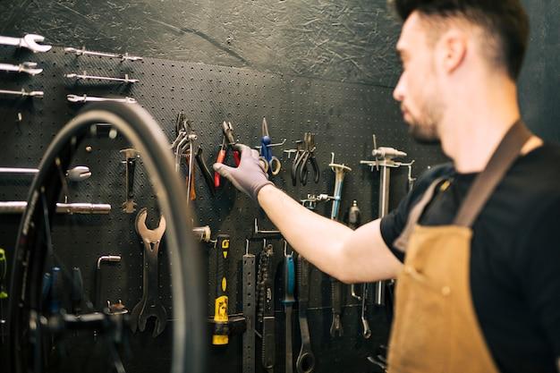 Mechanik naprawiający rower