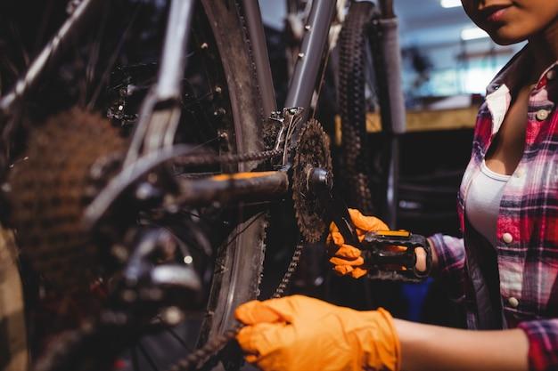 Mechanik naprawianie roweru