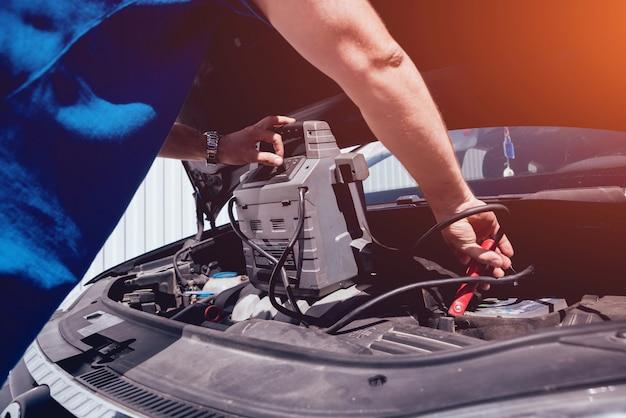 Mechanik naprawy samochodu