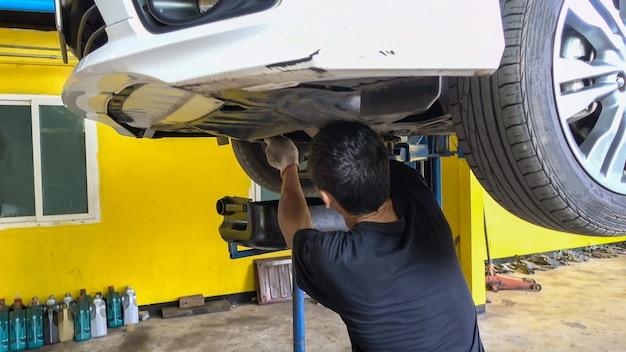 Mechanik odprowadzanie oleju silnikowego z samochodu do wymiany oleju