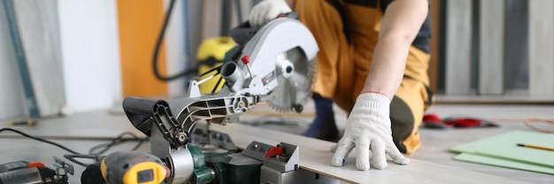 Mechanik piłowanie podłogi z paneli laminowanych w pokoju