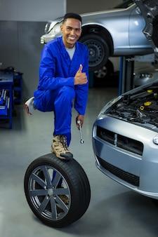 Mechanik pokazując kciuk do góry