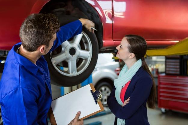 Mechanik pokazując klient problem z samochodem