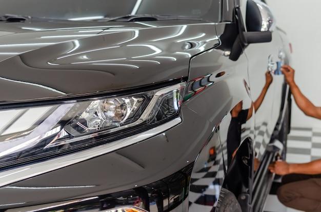Mechanik pokrywa szkło ceramiczne, aby zapobiec zarysowaniom samochodów.