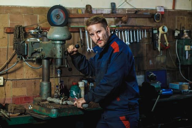 Mechanik przepływu pracy w garażu samochodowym. koncepcja serwisu samochodowego.