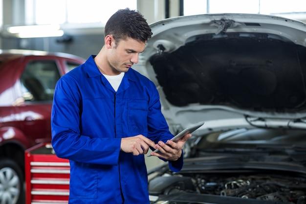 Mechanik przy użyciu cyfrowego tabletu