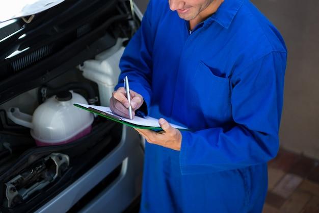 Mechanik przygotowuje listę kontrolną
