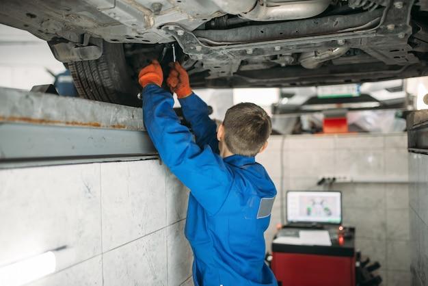 Mechanik reguluje kąty kół na stojaku