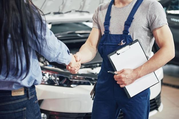 Mechanik samochodowy mąż i klient kobieta zawarli umowę na naprawę samochodu