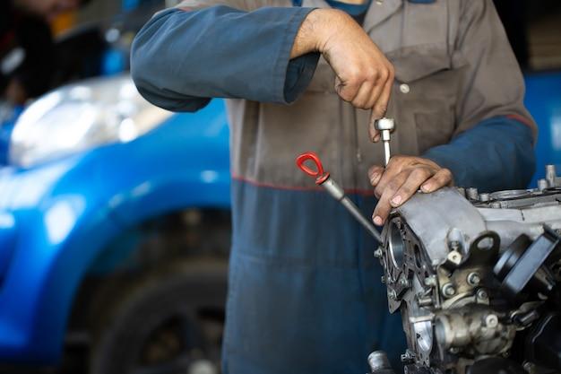Mechanik samochodowy naprawia silnik spalinowy
