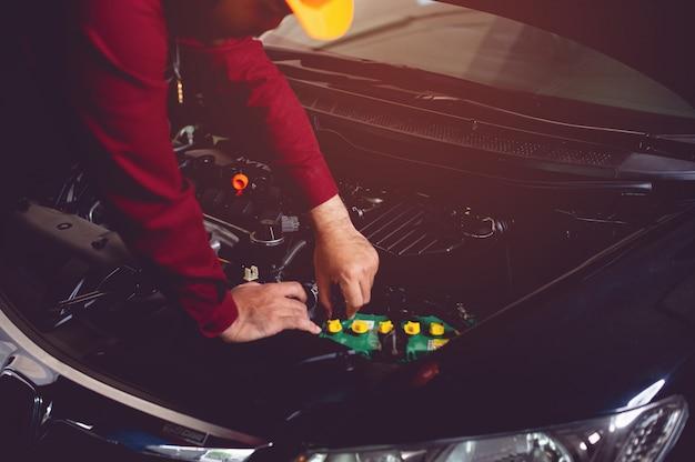 Mechanik samochodowy sprawdza dostępność dobrego, bezpiecznego towarzysza jazdy.