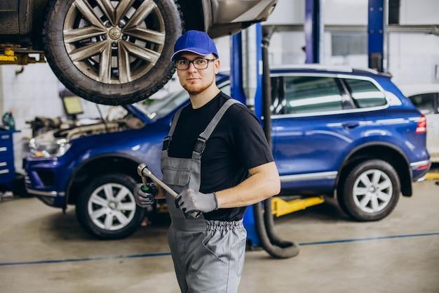 Mechanik samochodowy wykonujący serwis samochodowy