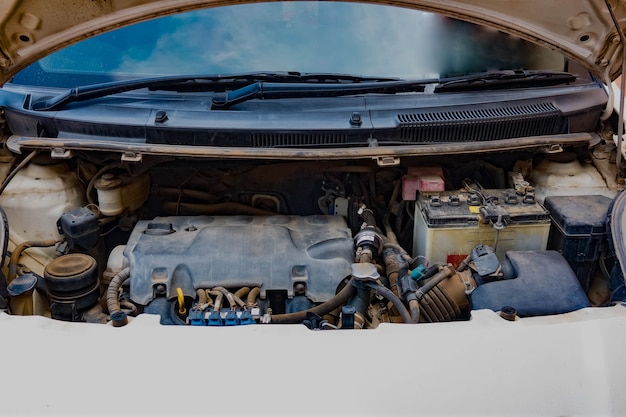 Mechanik samochodowy z otwartym dachem, który sprawdza stan uszkodzenia