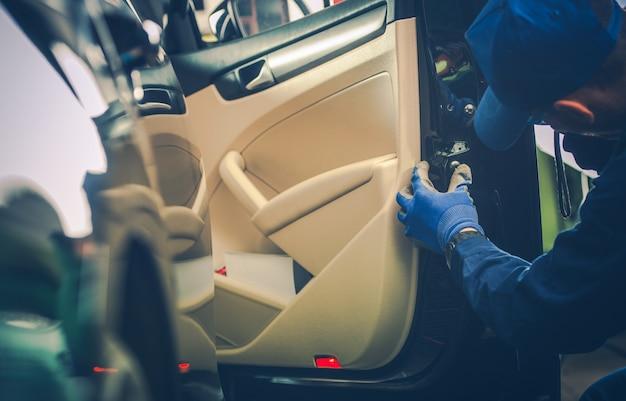 Mechanik samochodowy zamocowanie blokady drzwi