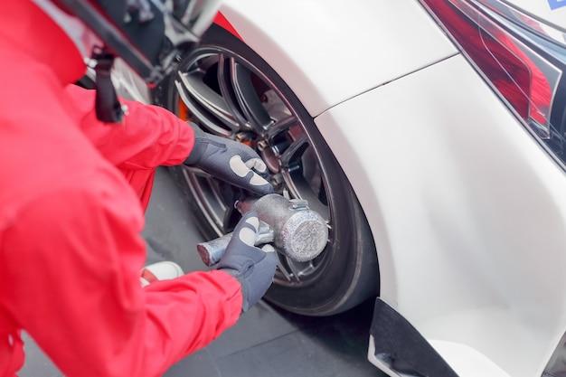 Mechanik samochodowy zmienia kierownicę samochodu wyścigowego