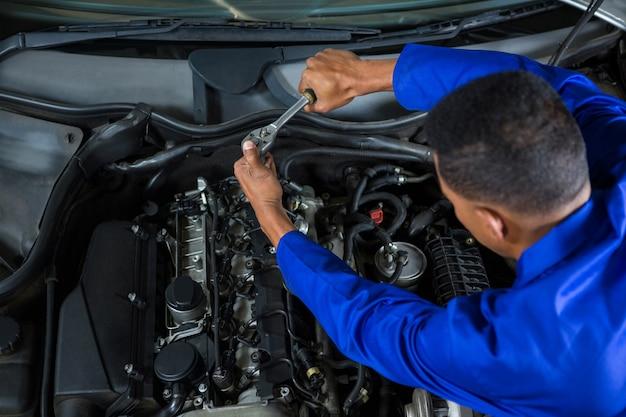 Mechanik serwisowania samochodu