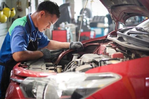 Mechanik sprawdza silnik.