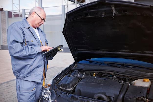 Mechanik sprawdzający samochód