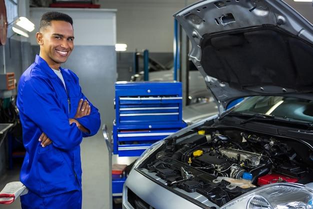 Mechanik stojący w garażu naprawy