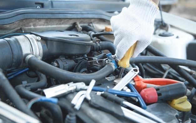 Mechanik trzymający śrubokręt. naprawa samochodów. punkt serwisowy