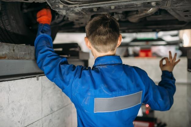 Mechanik ustawia kąty kół samochodu na stojaku